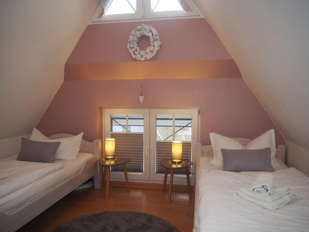 Schlafzimmer rosa, Ferienhaus Windflüchter